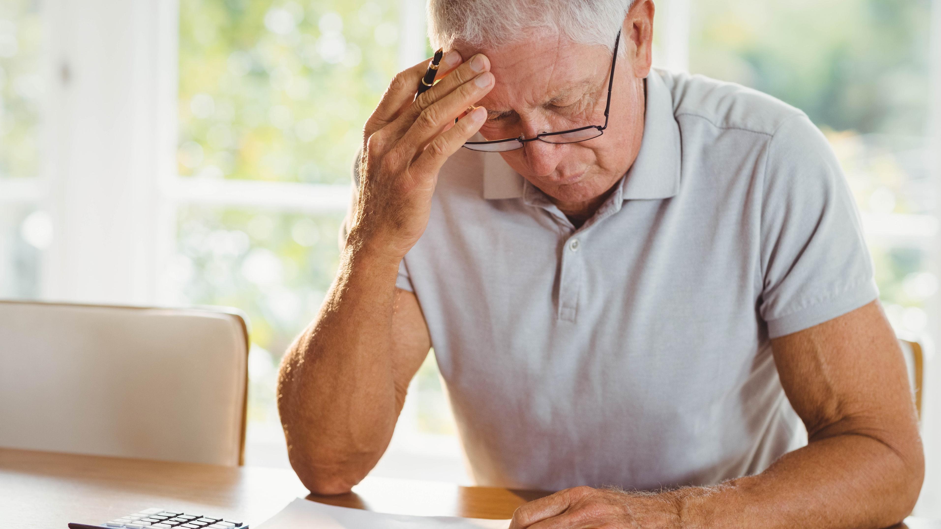 Выплачивается ли пособие при сокращении пенсионера: сумма